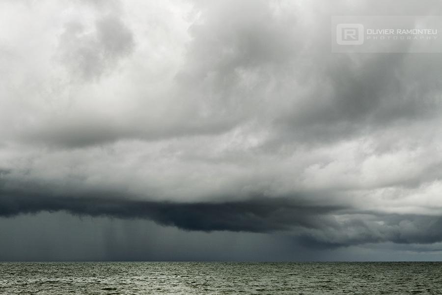 Photographie de paysage, nuages au-dessus de l'océan